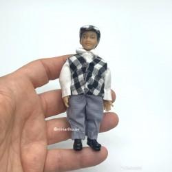 Мальчик в клетчатой жилетке, миниатюра 1:12