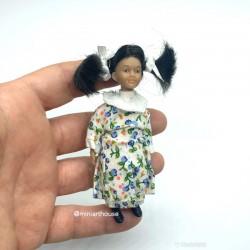 Девочка с хвостиками в платье, миниатюра 1:12