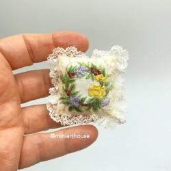 Подушка Венок, вышивка, миниатюра 1:12