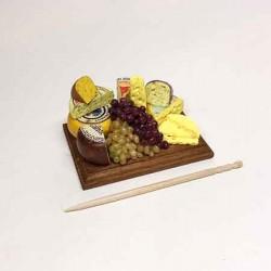 Сырная композиция на доске с виноградом, миниатюра 1:12