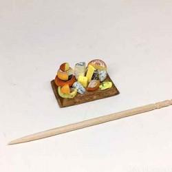 Сырная композиция на досочке с виноградом, кукольная миниатюра 1:24