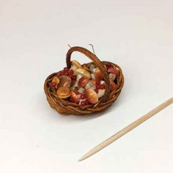 Корзинка с грибами и ягодами, миниатюра 1:12