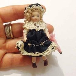 Кукла Девочка с зонтиком, миниатюра