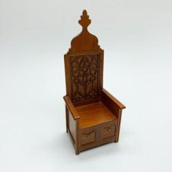 Готическое кресло с резьбой по дереву, миниатюра 1:12