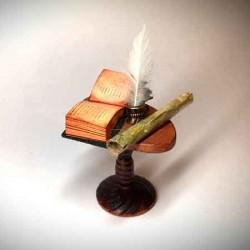 Стол с книгами, чернильницей и свитками, масштаб 1:12