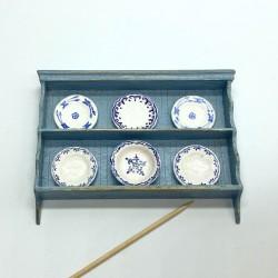 Полочка с фарфоровыми тарелками, кукольная миниатюра 1:12
