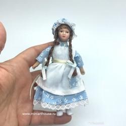 Девочка с косичками в голубом платье, фарфор, миниатюра 1:12