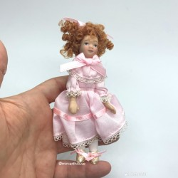Девочка с рыжими волосами в розовом платье, фарфор, миниатюра 1:12
