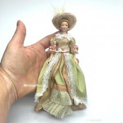 Викторианская леди в бежевом наряде, миниатюра 1:12
