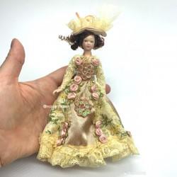 Викторианская леди в платье с цветами, фарфор, миниатюра 1:12