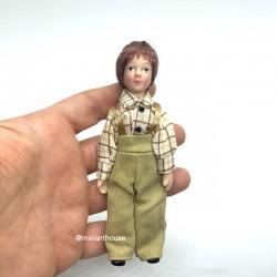 Викторианский мальчик в клетчатой рубашке, миниатюра 1:12
