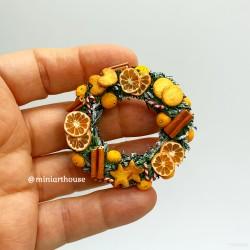 Венок с имбирным печеньем, корицей и апельсинами, миниатюра 1:12