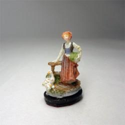 Статуэтка Девушка с гусями