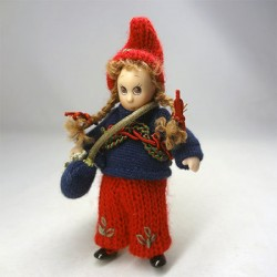 Кукла в кофте, миниатюра 1:12